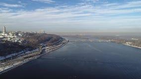 基辅和基辅在小山的上面的Pechersk拉夫拉鸟瞰图有Dnipro河的 Hyperlapse 股票视频