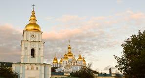 基辅在秋天;圣迈克尔` s金黄半球形的修道院 库存图片