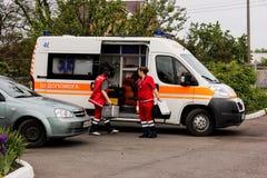 基辅地区,乌克兰- 2016年5月12日:救护车和一位护士在街道上 救护车在医院附近 免版税库存照片