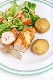 基辅炸肉排用带皮烤的土豆和沙拉 库存图片
