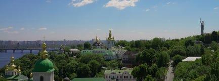 基辅都市风景, Pechersk拉夫拉,德聂伯级河 全景 库存图片