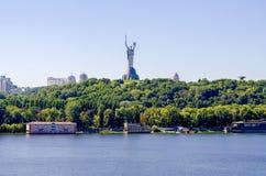 基辅,乌克兰看法  第聂伯河和纪念碑的银行 库存照片