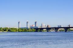 基辅,乌克兰看法  第聂伯河和镇的银行 免版税库存照片