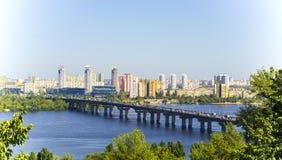 基辅,乌克兰看法  第聂伯河和镇的银行 库存照片