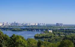 基辅,乌克兰看法  第聂伯河和镇的银行 免版税图库摄影