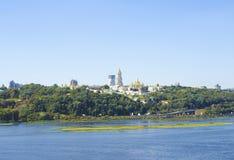 基辅,乌克兰看法  第聂伯河和镇的银行 免版税库存图片