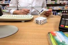 基辅,乌克兰, 2018年5月:-药剂师卖医学在 免版税图库摄影