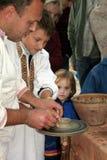基辅,乌克兰, 08 10 2005年 陶瓷工教孩子瓦器艺术  库存照片