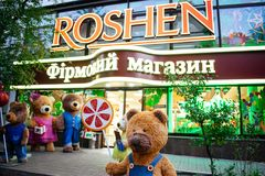基辅,乌克兰,10月19日:在Roshen品牌糖果店商店的展示窗口的附近熊 Roshen Confectionery Corporation 免版税库存照片