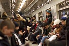 基辅,乌克兰, 06,03,2018疲倦的人在地铁进来在家 库存图片