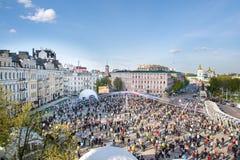 基辅,乌克兰 人群和复活节绘了在Sofievska广场和圣迈克尔` s修道院的蛋节日 库存照片