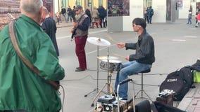 基辅,乌克兰- 2019年3月:假日在城市 一个小组街道音乐家使用在市中心的,三 股票视频