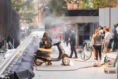 基辅,乌克兰- 2017年7月15日户外电影布景 戏院在城市街道的生产场面 坦率的真正的电影摄制 库存图片