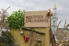 基辅,乌克兰- 2017年10月01日, :在乌克兰`做的符号桌`在市场 免版税图库摄影