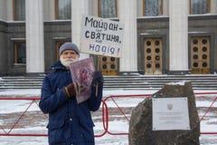 基辅,乌克兰- 2018年3月04日:一个孤零零纠察队员的一个年长人在与象和海报的高Rada附近 免版税库存图片