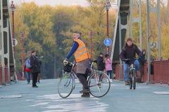 基辅,乌克兰- 2017年10月30日:一件明亮的反射性背心的人在自行车 免版税图库摄影