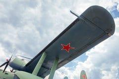 基辅,乌克兰- 2019年5月10日:一架军用飞机的翼反对天空的 免版税库存图片
