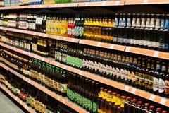 基辅,乌克兰- 2018年12月19日:不同的瓶在超级市场立场架子的啤酒 库存照片