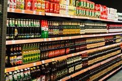 基辅,乌克兰- 2018年12月19日:不同的瓶在超级市场立场架子的啤酒 免版税库存照片