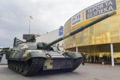 基辅,乌克兰- 2017年10月13日:乌克兰生产现代化的坦克在陈列的 库存照片