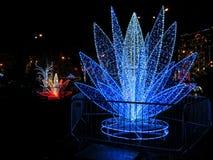 基辅,乌克兰- 2017年12月31日:以一个蓝色百合花特写镜头的形式艺术对象在照明NeoYear节日  库存图片