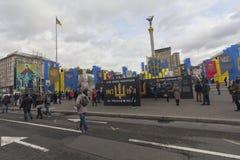 基辅,乌克兰- 2017年10月30日:公民在与视觉鼓动的风景附近漫步在anniversa的独立广场 免版税库存照片