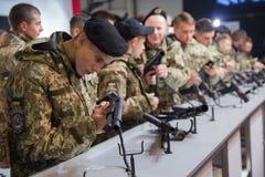 基辅,乌克兰- 2017年10月11日:军校研究武器的军校学生 库存照片