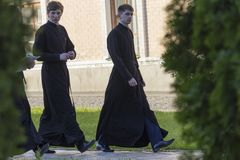 基辅,乌克兰- 2016年5月01日:圣迈克尔` s修道院疆土的年轻神学院的学生  库存图片