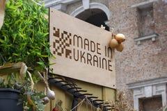 基辅,乌克兰- 2017年10月01日:在乌克兰'制造的'符号桌在市场 免版税库存图片