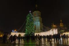 基辅,乌克兰- 2017年12月28日:在圣索菲娅广场的圣诞树 库存照片