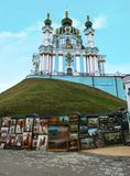 基辅,乌克兰- 2017年12月31日:在小山在巴洛克式的样式-安德鲁` s教会的一个美丽的正统明亮的绿松石寺庙 图库摄影