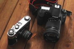 基辅,乌克兰- 2019年1月21日:在木背景的两台照相机 照相机教规 图库摄影