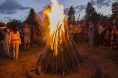 基辅,乌克兰- 2017年7月06日:在火附近的公民在庆祝的仪式期间 免版税库存图片
