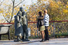 基辅,乌克兰- 2017年10月18日:在纪念碑的年轻夫妇对囚犯 图库摄影