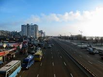 基辅,乌克兰- 2017年12月31日:在Mykola Bazhan大道的早晨在基辅鸟瞰图的Kharkivska地铁站乐团附近 免版税图库摄影