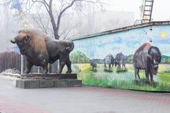 基辅,乌克兰- 2019年2月03日:基辅动物园 对动物园的中央入口 北美野牛的雕象 库存图片