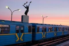 基辅,乌克兰- 2018年1月10日:基辅地铁车站Dnipro 反对天空的地铁 去的人们工作在地铁 库存图片