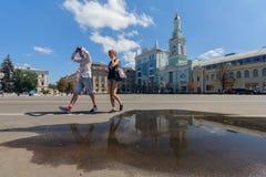 基辅,乌克兰- 2017年8月08日:夫妇在Kontraktovay广场漫步吃午餐 免版税库存图片
