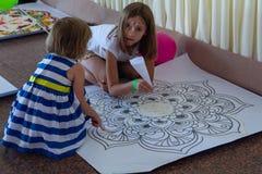基辅,乌克兰- 2017年7月30日:女孩由色的沙子做一个坛场 库存照片