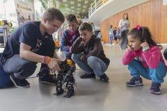 基辅,乌克兰- 2017年9月30日:孩子了解机器人学 图库摄影