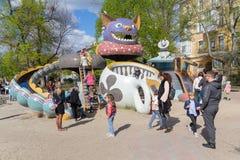 基辅,乌克兰- 2018年4月22日:孩子和父母操场的 免版税库存照片