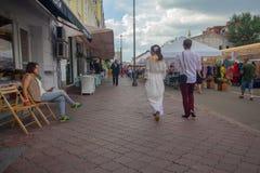 基辅,乌克兰- 2018年7月13日:市民和游人在市场附近 库存照片