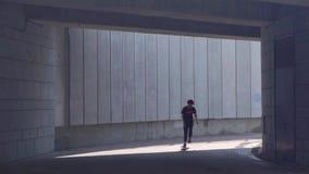 基辅,乌克兰- 2018年8月17日:年轻溜冰板者人在委员会留下隧道 股票录像