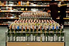 基辅,乌克兰- 2018年12月19日:瓶在架子的不同的酒在超级市场 免版税库存图片