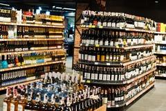 基辅,乌克兰- 2018年12月19日:瓶在架子的不同的酒在超级市场 库存图片