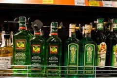 基辅,乌克兰- 2018年12月19日:瓶在架子的Xenta Absenta在超级市场 苦艾历史上被描述作为a 免版税库存图片