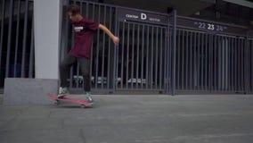 基辅,乌克兰- 2018年8月17日:男孩溜冰板者移动和跳跃在沿体育场墙壁的一个委员会 股票录像