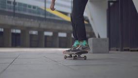 基辅,乌克兰- 2018年8月17日:男孩移动跳的溜冰板者做沿空的体育场的把戏 股票视频