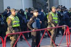 基辅,乌克兰- 2017年10月18日:站立在封销线守卫的警察妇女 免版税库存图片