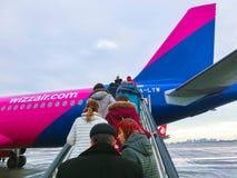 基辅,乌克兰- 2017年12月12日:走到飞机后门的乘客  库存照片